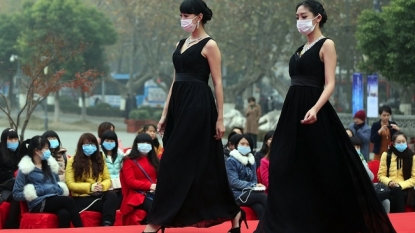 Chinese models forced to use facemask due to severe air pollution
