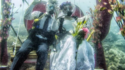 Exchanging vows under the sea