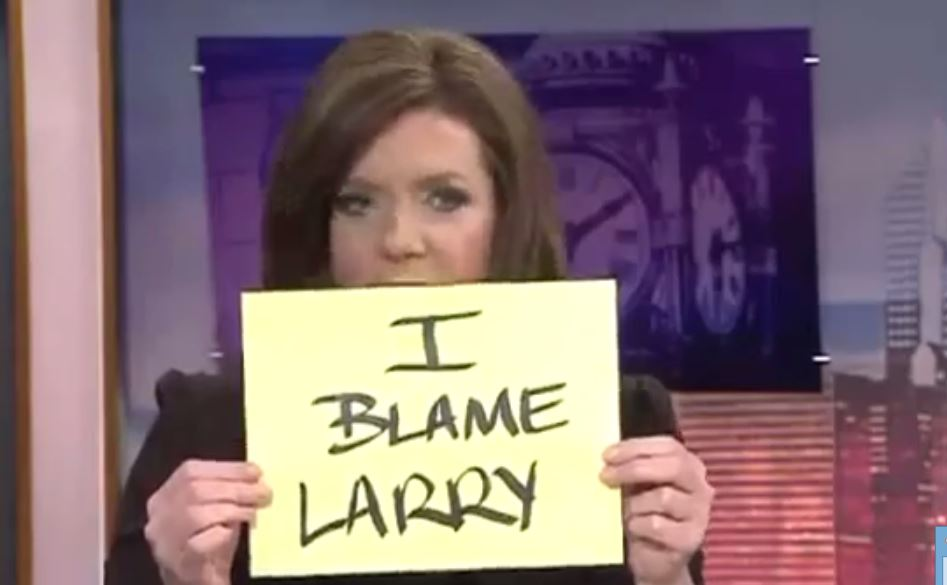 News anchors uses funny notes after their audio system fails (1)