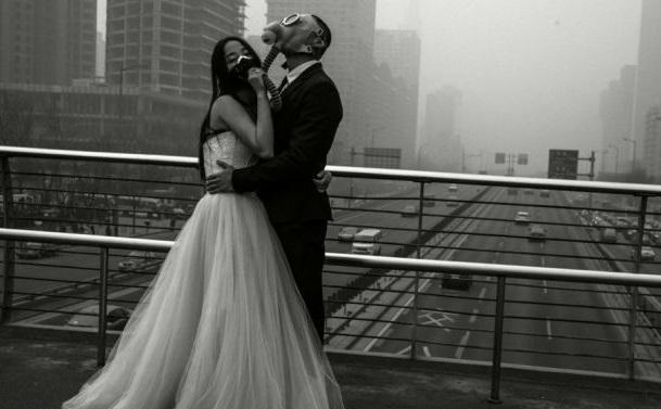 newly wedded couple posed  camera wearing  gas mask lidtimecom