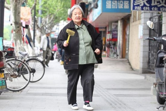 Chinese woman is killing flies for last 14 years to make society better