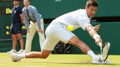 Federer reaches Wimbledon last eight
