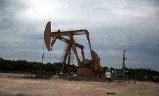 Oil dips after mixed US supply report