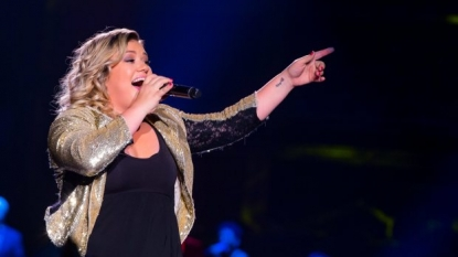 Kelly Clarkson announces live on stage: 'I'm pregnant!'
