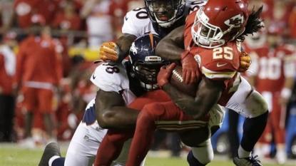 Broncos score 2 late touchdowns to stun Chiefs 31-24