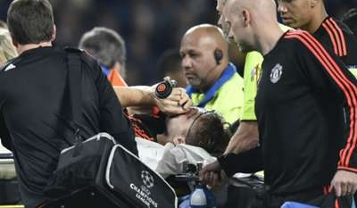 Man United defender Luke Shaw sustains serious-looking leg injury, carried off