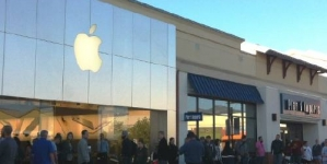Robot waits in line for iPhone 6s at Palo Alto Apple store