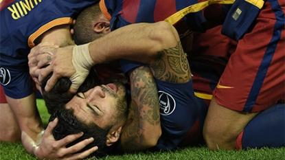 Barcelona's Sergi Roberto and Luis Suarez score late goals in Champions League
