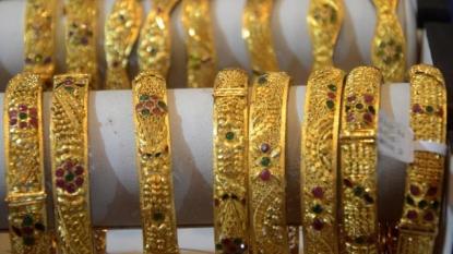 Gold slips in Asia