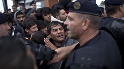 Thousands more migrants enter Austria