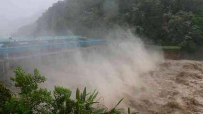 Typhoon lashes Taiwan, killing 2, injuring more than hundreds
